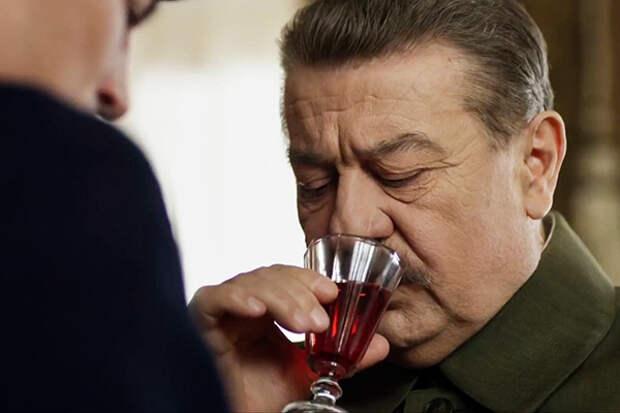«Водка и коньяк лились рекой». Как развлекался Сталин, пока миллионы умирали на войне