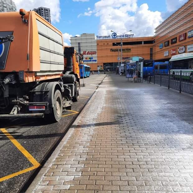Промывка дорог спецсредством в Левобережном прошла в конце августа