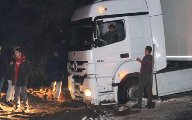 Фуру турецкого дальнобойщика спасали из кювета всем миром