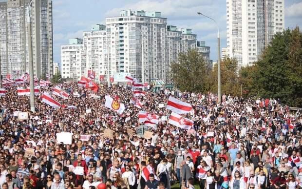 В центре Минска собралось 150 тысяч протестующих. Они строят баррикады