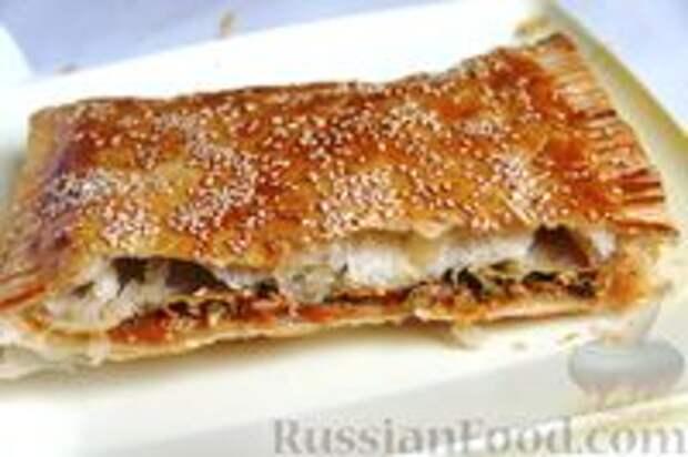 Фото приготовления рецепта: Слоёный пирог с килькой в томате - шаг №13