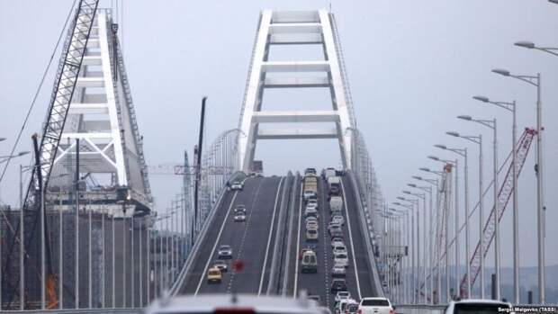Нарушают ПДД ради фото: водители останавливаются на арочном пролете Крымского моста