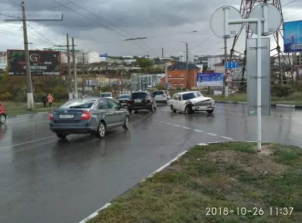 ДТП в Севастополе: две машины не поделили поворот, одна в хлам (ФОТО)