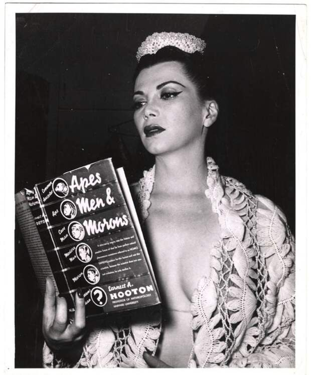 Танцовщица бурлеска Sherry Britton читает книгу «Обезьяны, мужчины и придурки»