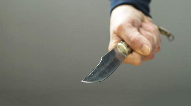 Неизвестный ранил мужчину ножом в сердце в центре Москвы