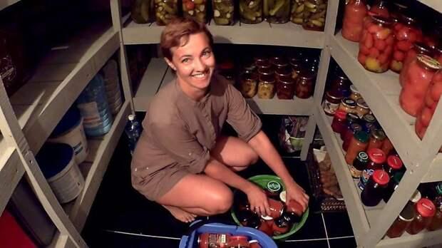 На этом фото благодарность жены. Которую она выразила не только улыбкой, но и обильно заполненными стеллажами. мастер-класс, полки, простой стеллаж, своими руками, стеллажи