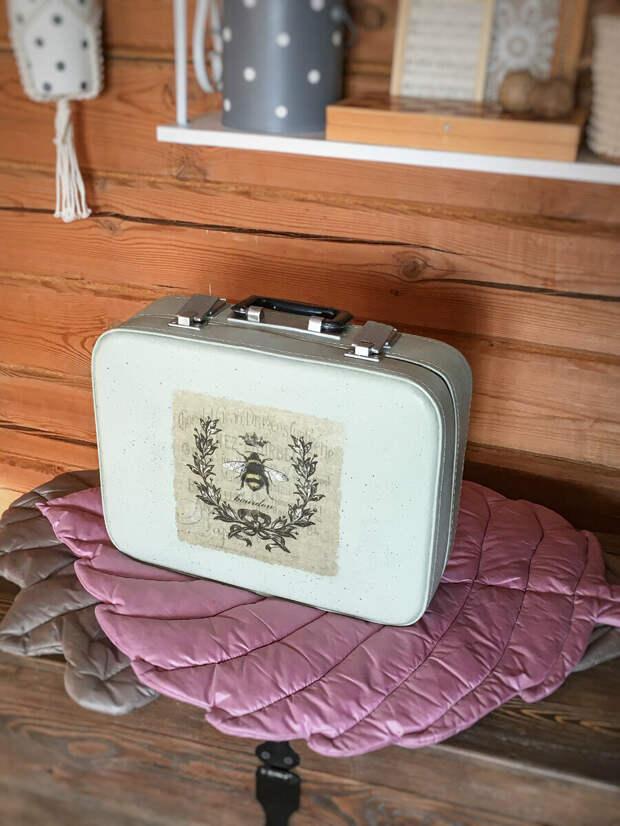 Преобразила до неузнаваемости, с помощью интересных техник, мою ретро находку - старый чемоданчик