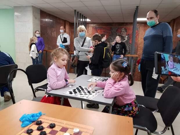 Аня Морозова на соревнованиях (справа)Фото: из личного архива семьи Морозовых