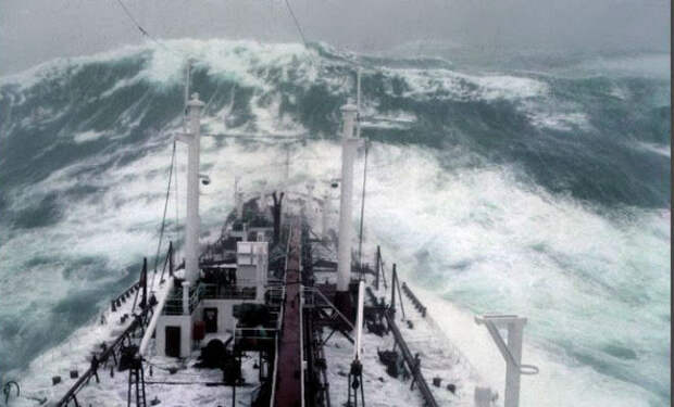 Капитаны повели суда через 9-балльные штормы: морякам оставалось только снимать на камеру