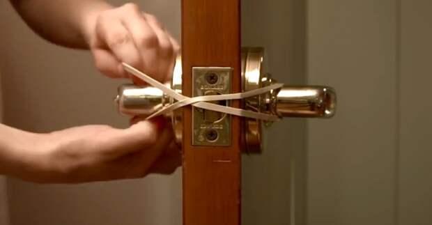 Полезный лайфхак, если нужно чтобы дверь не защелкивалась. /Фото: boomviral.net