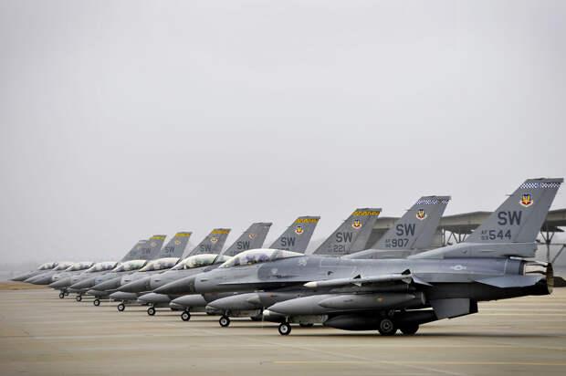 Эксперты пояснили, почему в американских ВВС не хватает квалифицированных пилотов