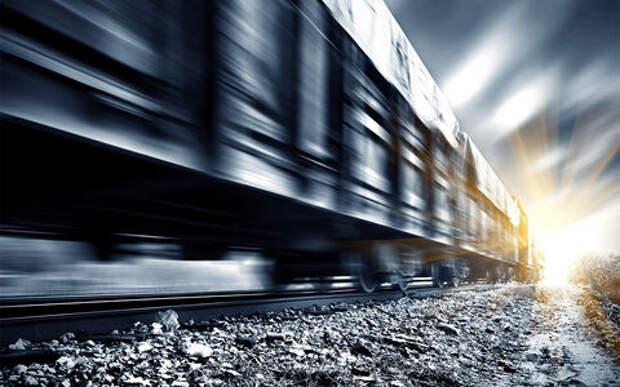 Поезд снес застрявший на путях внедорожник. Очевидцы лениво снимали видео