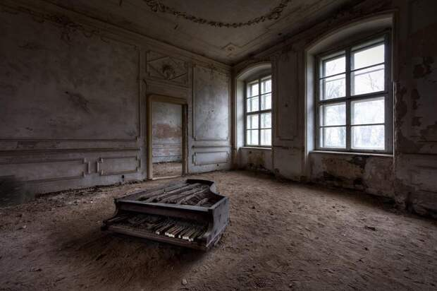 Это пианино стояло в одном из номеров огромного замка в Польше.