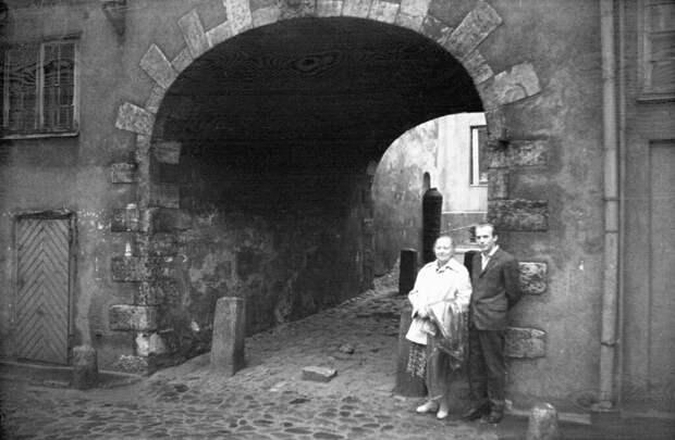 Двое у Шведских ворот в старой Риге Борис Смирнов-Русецкий, 1 июня 1963 - 1 сентября 1963 года, г. Рига, ул. Торня, из архива Владимира Александровича Карлова.
