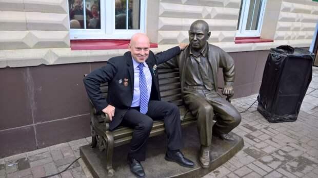 Виктор Сухоруков рядом со своим памятником в Орехово-Зуево. / Фото: www.dni.ru