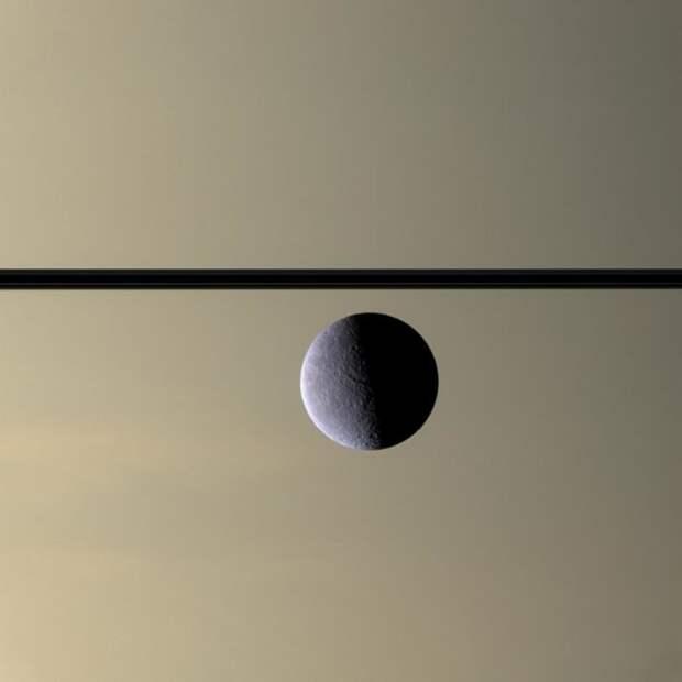Спутник Сатурна Рея на фоне его колец ТУМАННОСТИ, звезды, космический телескоп, космос, необычно, планеты, снимки, фото