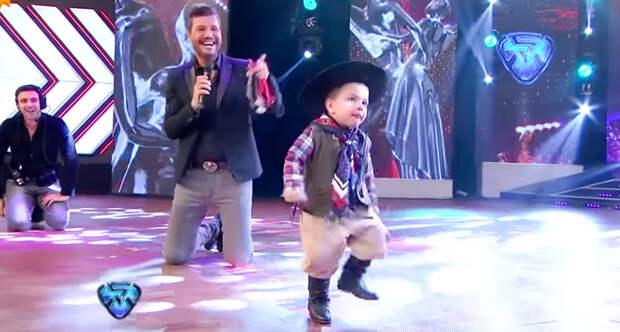 Двухлетний танцор покорил зрителей и судей, показав потрясающий уровень мастерства