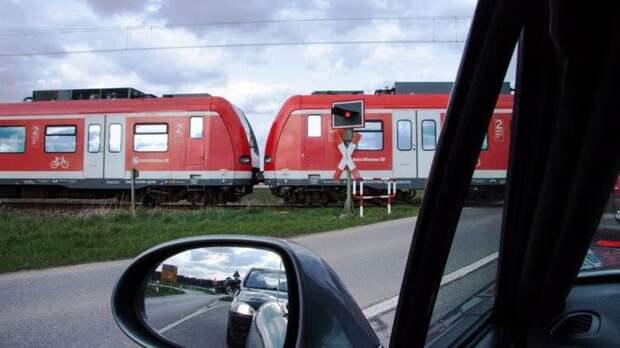 Поезд из Петербурга в Севастополь снёс легковушку на железнодорожном переезде – видео