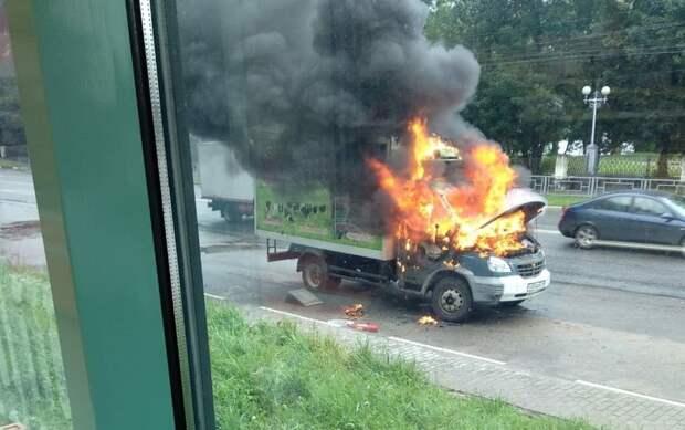 На улице Твери вспыхнул грузовой автомобиль