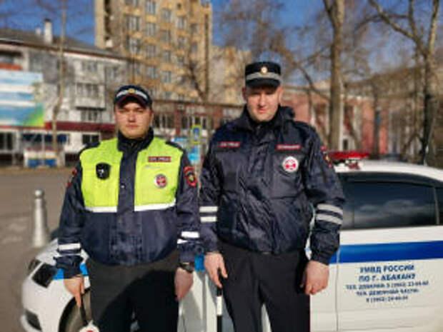 Инспекторы ГИБДД УМВД России по г. Абакану помогли автоледи поменять колесо