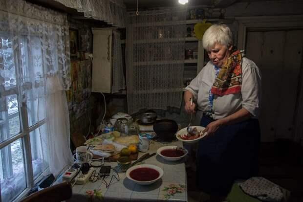 Готовит она по рецептам своей матери и бабушки деревня, жизнь, жительница, история, псков, россия, фотография