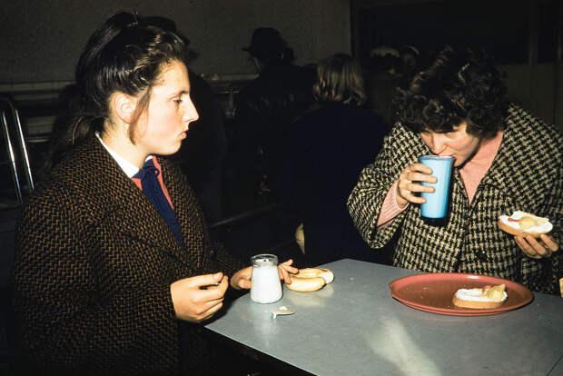 Russia, women eating snack at café in Irkutsk