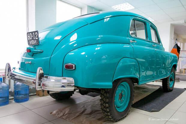 Автомобиль М-72. Кузов оказался настолько поднят, что пришлось поставить щитки над задними колесами.