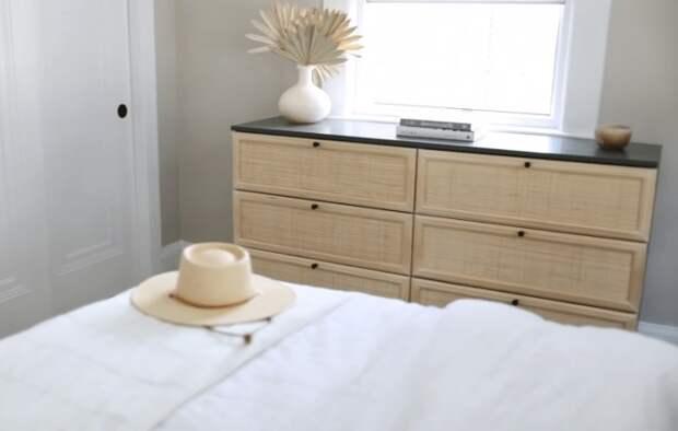 Обновленный комод из IKEA стал стильным украшением спальни.   Фото: cpykami.ru.