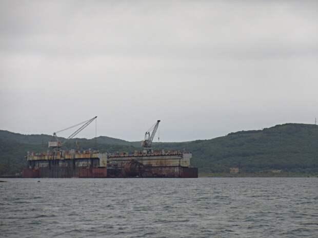 """Слева по борту гигантский плавучий док - один из самых больших в мире (нам сказали, что второй по величине)! """"Спрятан"""" в бухте Разбойник."""