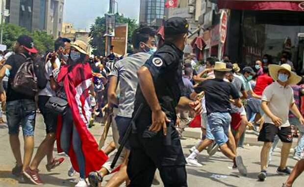 На фото: антиправительственные протесты в Тунисе