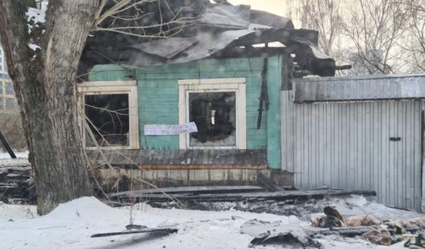 «Будьте прокляты»: насгоревшем частном доме вЕкатеринбурге появилась надпись