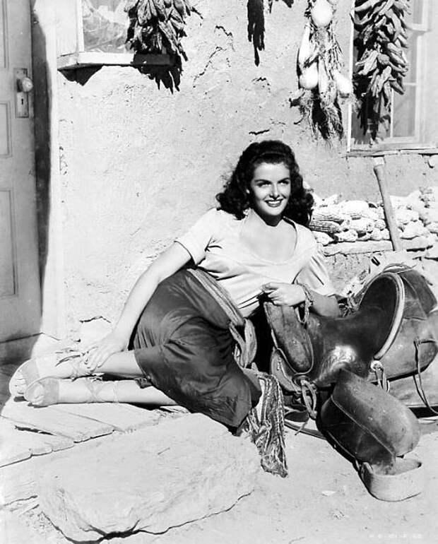 "Джейн Расселл на съемках фильма ""Вне закона"" (1943)."