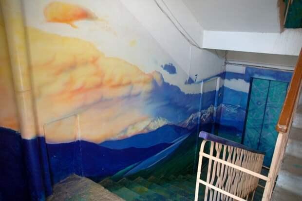 Горы на стене в подъезде