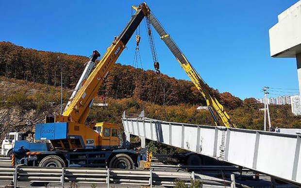 Во Владивостоке самосвал снес пешеходный мост