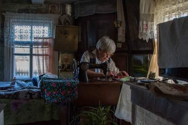 Новая блузка из мужской рубашки и фартука? Не проблема! Люська сама шьет себе модные вещи деревня, жизнь, жительница, история, псков, россия, фотография