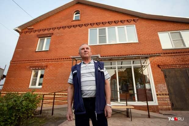 Вот тот самый бедный предпенсионер на фоне своего домика. Взято с сайта 74.ru