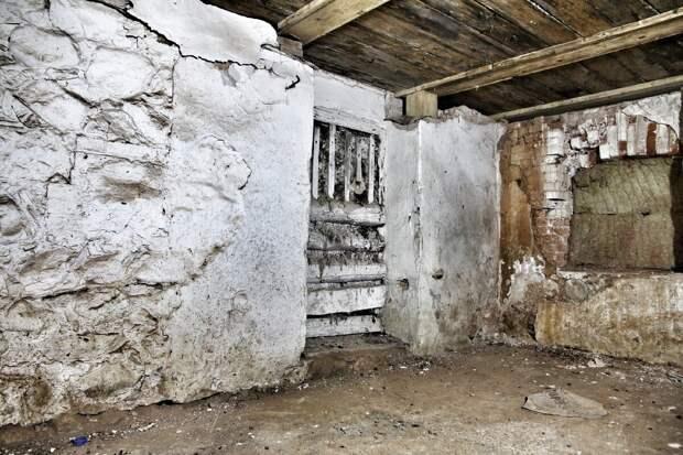 Старая замурованная дверь