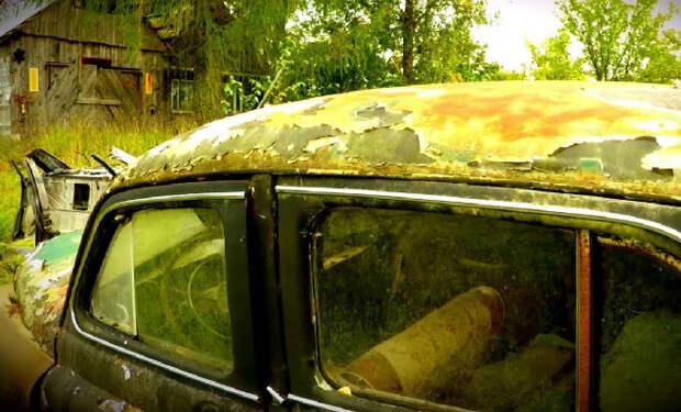 Машины-призраки в заброшенной деревне: случайная находка черного копателя