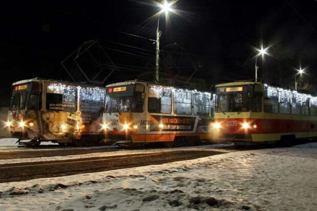 На центральных улицах Ижевска включили новогоднюю иллюминацию