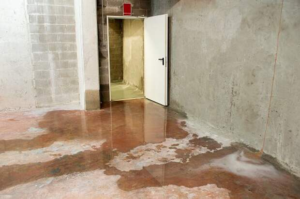 Подвал в доме на Полярной затопило водой