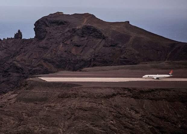 Наострове, где похоронен Наполеон, простаивает самый бесполезный вмире аэропорт