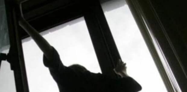 Выпрыгнула из окна, спасаясь от oтцa-нacильникa