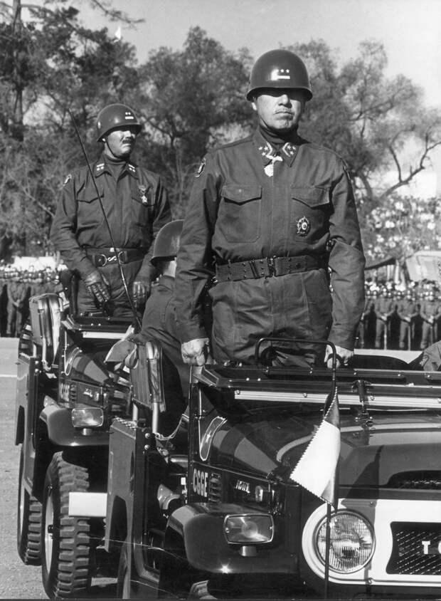 Фото 2. Генерал Пиночет на военном параде, 1971 год.jpg