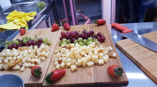 Сыр все-таки выдали, но почему-то - только его часть и с требованием ни в коем случае не угощать им посетителей выставки Фото: Алексей ОВЧИННИКОВ