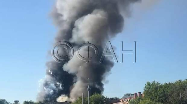 Пожарный вертолет над горящим складом в Москве попал на видео