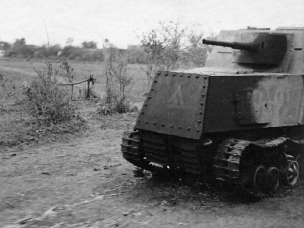 Подбитый и частично сгоревший ХТЗ-16. Эта машина имела не только камуфляж, но и эмблему - Импровизация в промышленных масштабах | Военно-исторический портал Warspot.ru