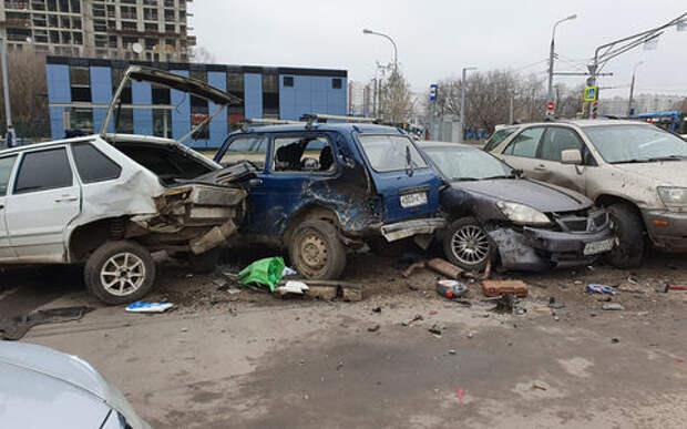 Водитель такси протаранил пять автомобилей на стоянке