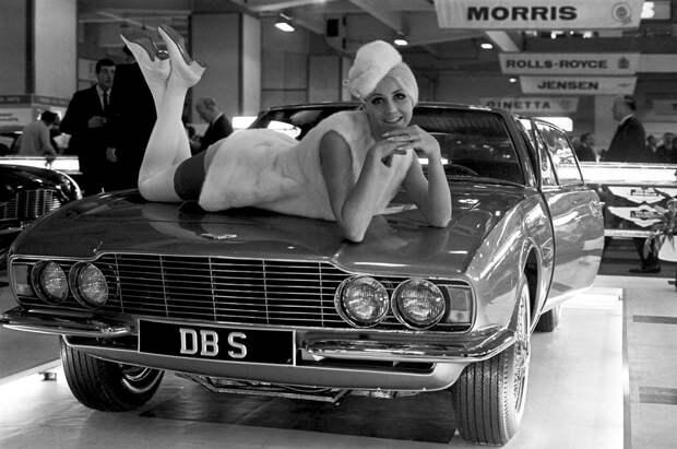 Девушки и автомобили на Британском автосалоне. Лондон, 1967 год.