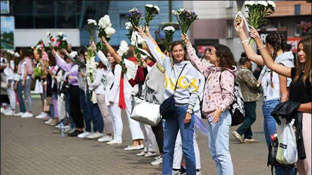 женщины с цветами на протестах в белоруссии