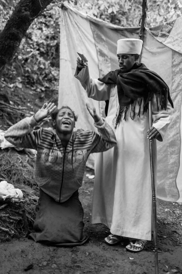 Фотографии массового экзорцизма в Эфиопии. Фотограф Роберт Уоддингем 4